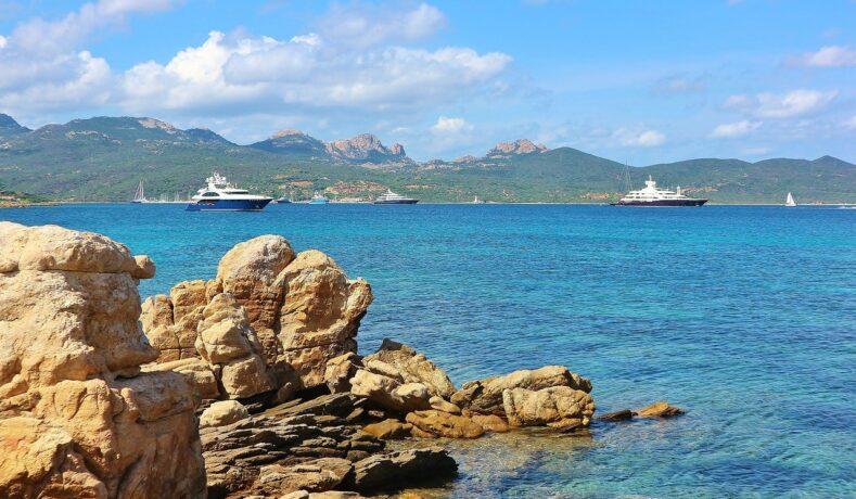 Certificato di negatività e più traghetti: così la Sardegna si prepara al turismo