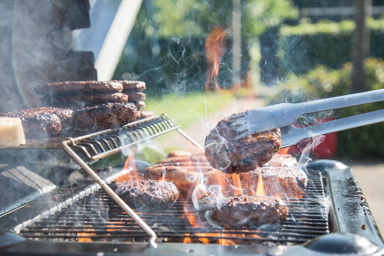 Immagine barbecue con carne arrosto su griglia con cucina da esterno outdoor