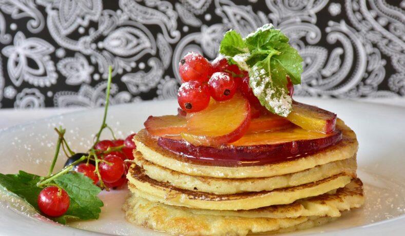Pancake alla frutta fresca per una colazione leggera